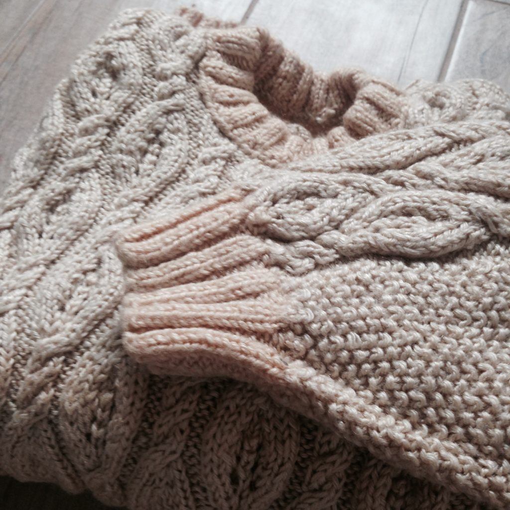 slow fashion - ręcznie dziergany sweter z wełny