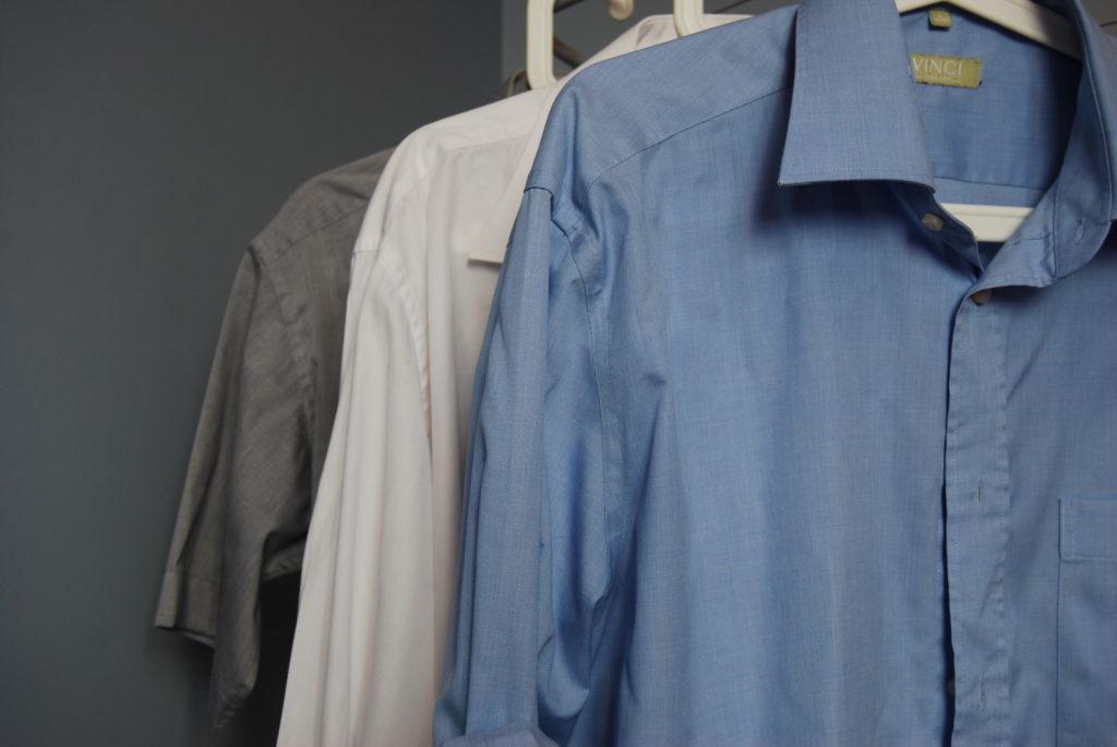 zakupy w lumpeksie koszule na wieszakach