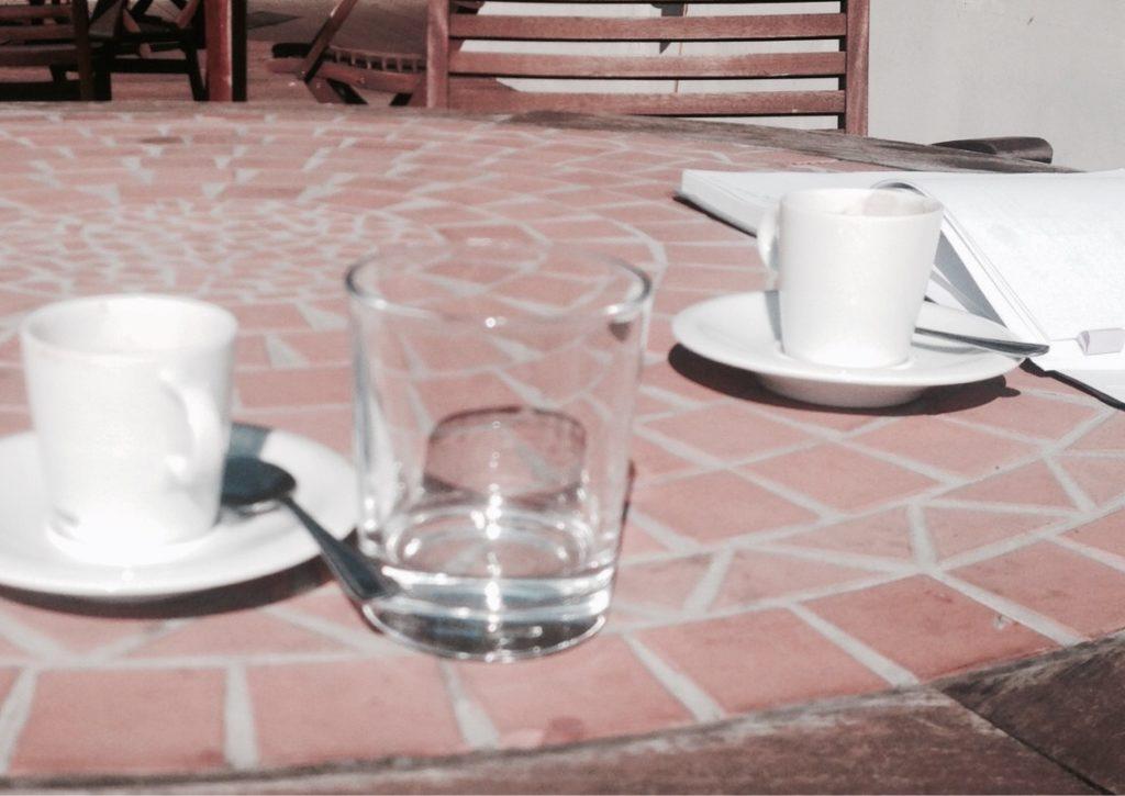 idealna kawa - wypijana na miejscu w kawiarni