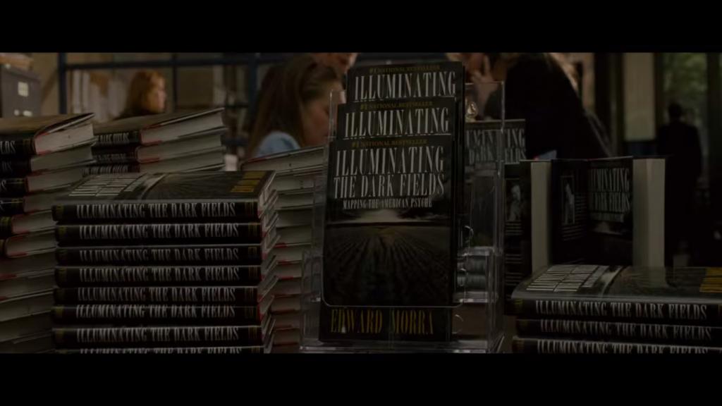 """Blokada twórcza - kadr z filmu """"Jestem bogiem"""", książka głównego bohatera w witrynie księgarni"""