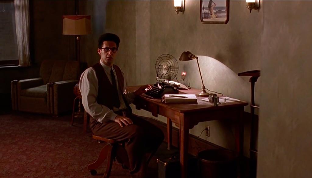 """Blokada twórcza - kadr z filmu """"Barton Fink"""", główny bohater przy swoim biurku"""